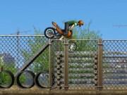 Trucuri cu motocicleta pe santier